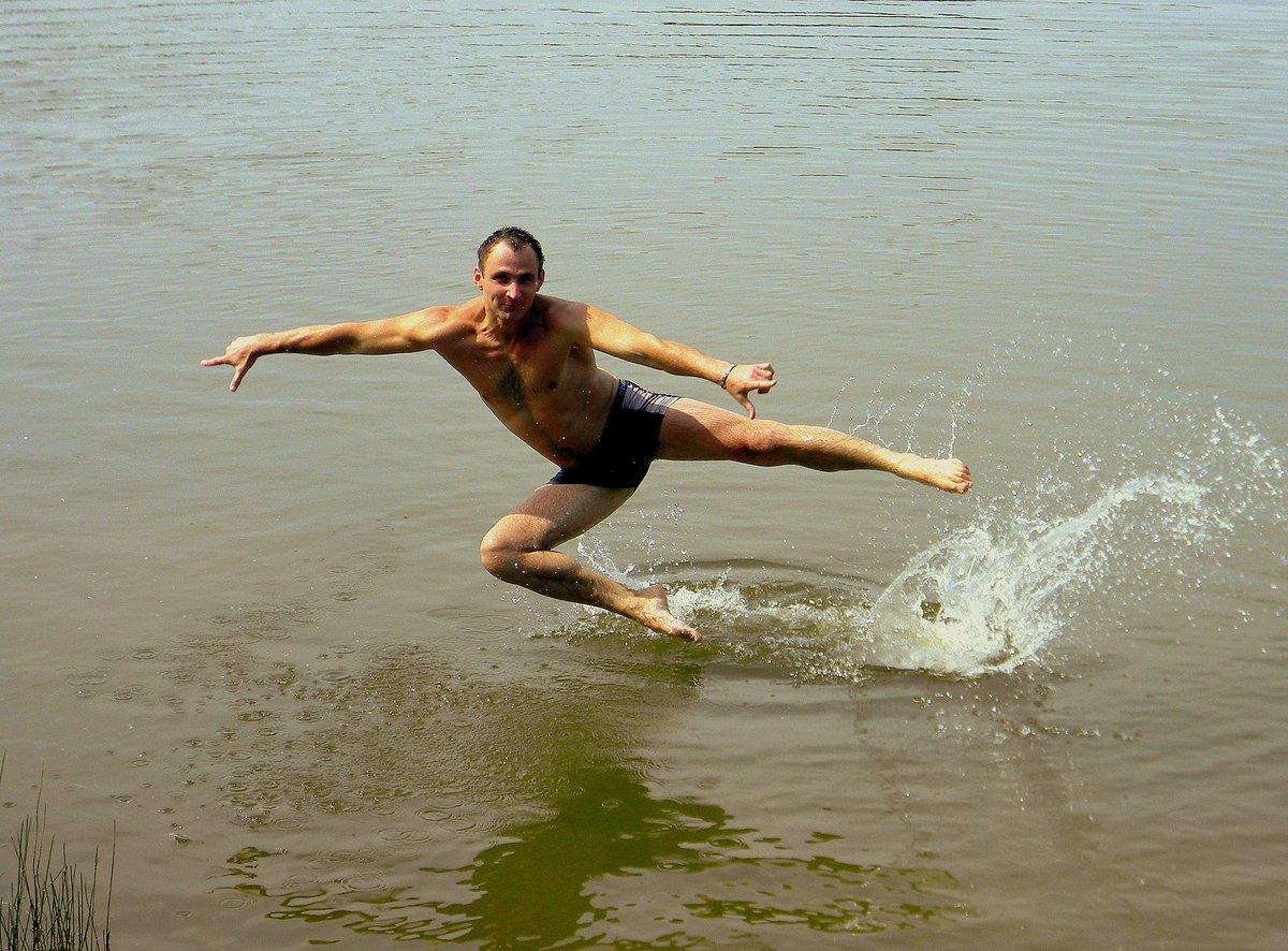 Картинки мужчина купается
