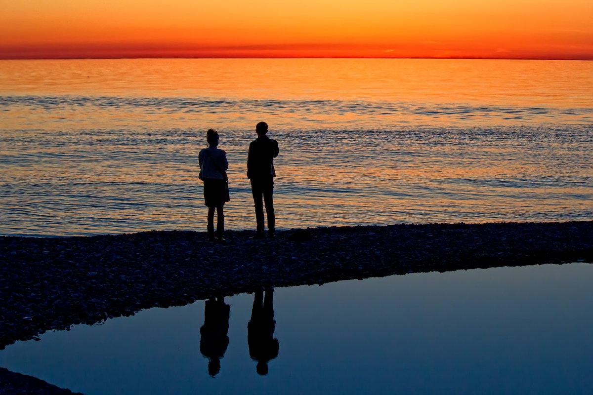 это вода, картинка двух людей на берегу моря женщина эта лишнего