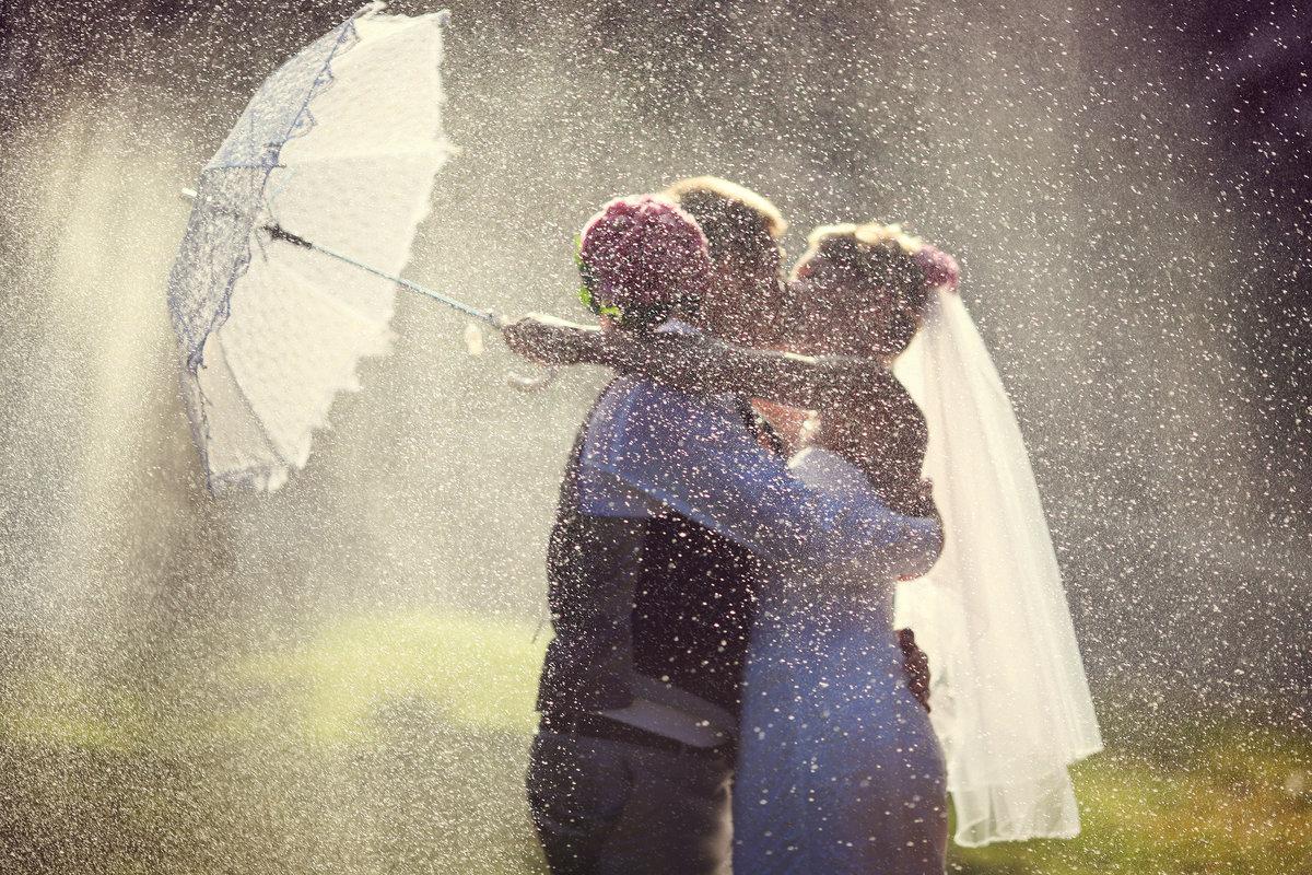 Букеты в день свадьбы дождь и гроза, роз трех штука