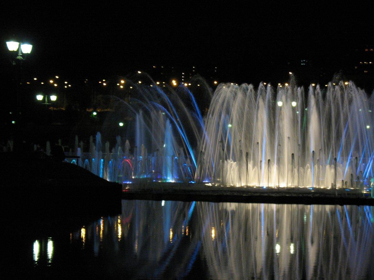 Фотокто фонтаны ночью