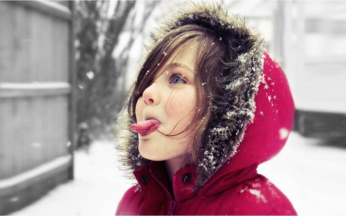 Картинки девочка ловит снежинки