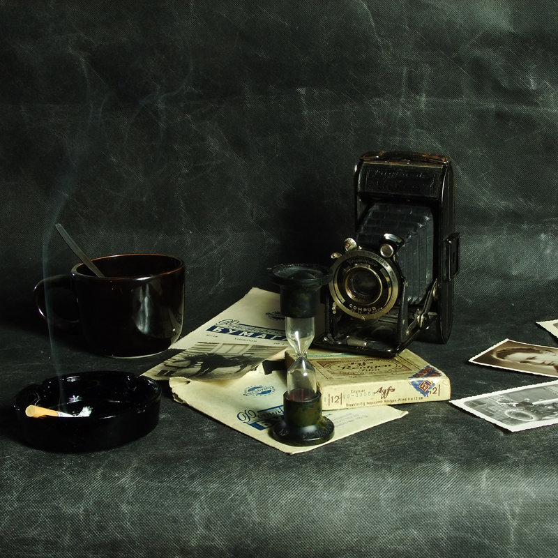 Натюрморт со старыми фотографиями