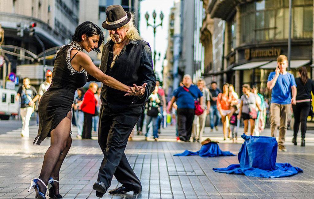Картинки танцующих пар на красивых европейских улицах, старости