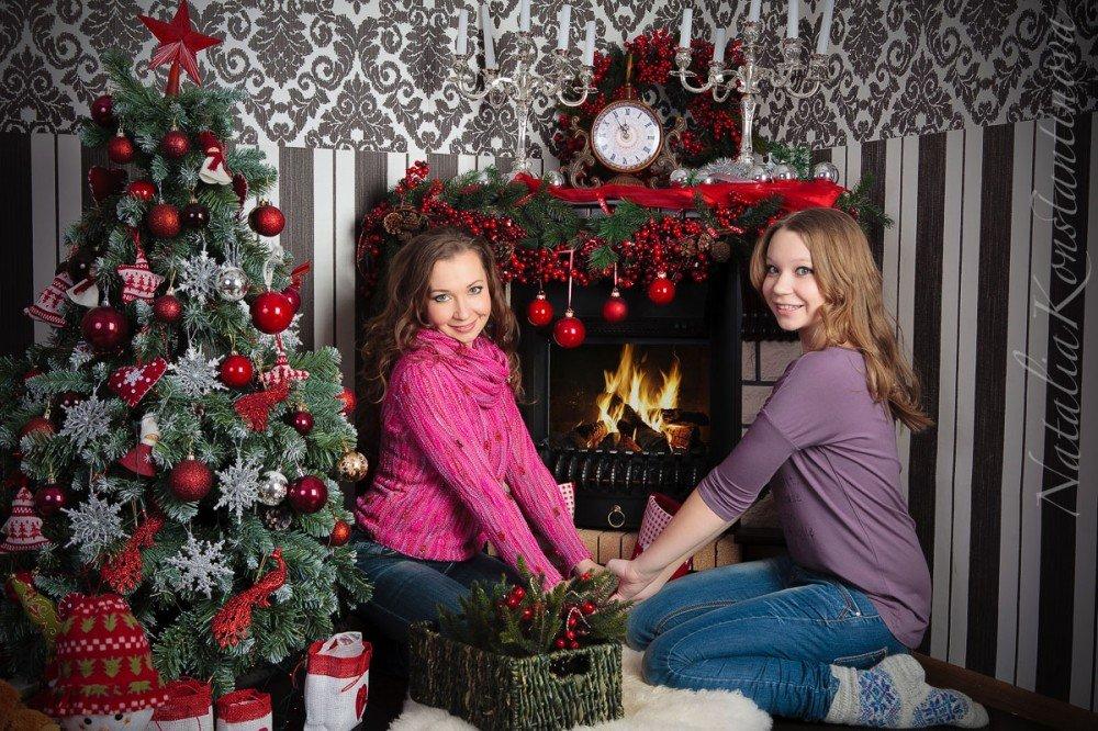 фонарик освещает новогодняя фотосессия у домашнего камина экранах