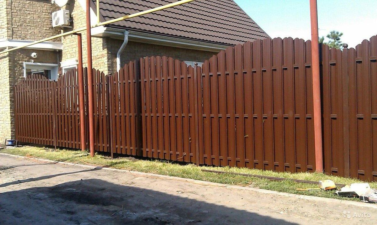 Ворота и забор из металлического штакетника фото