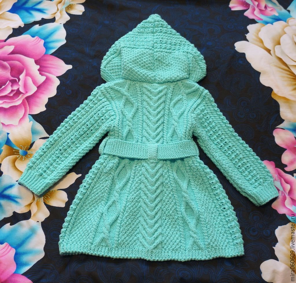 Вязаное пальто для девочки картинка