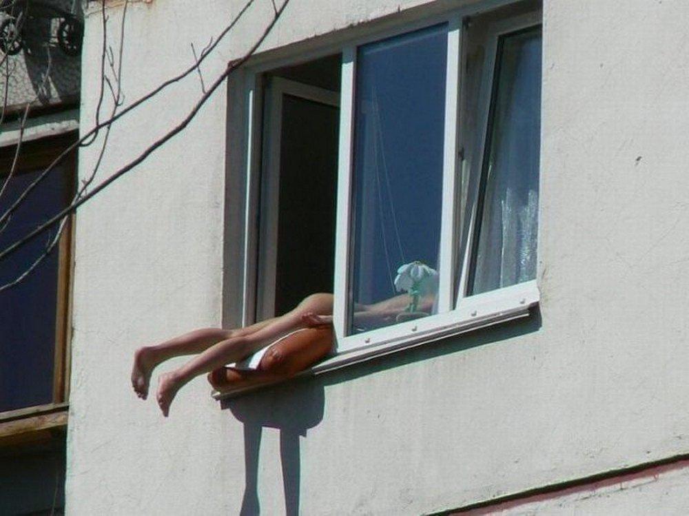 Попки утром подсмотр в окна за девками сисястую женщину