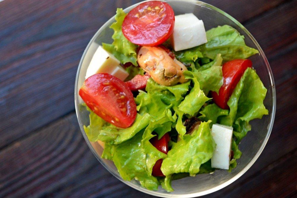 Подавать, выложив сыр на ложе из зеленых салатов, полив соусом из миски.