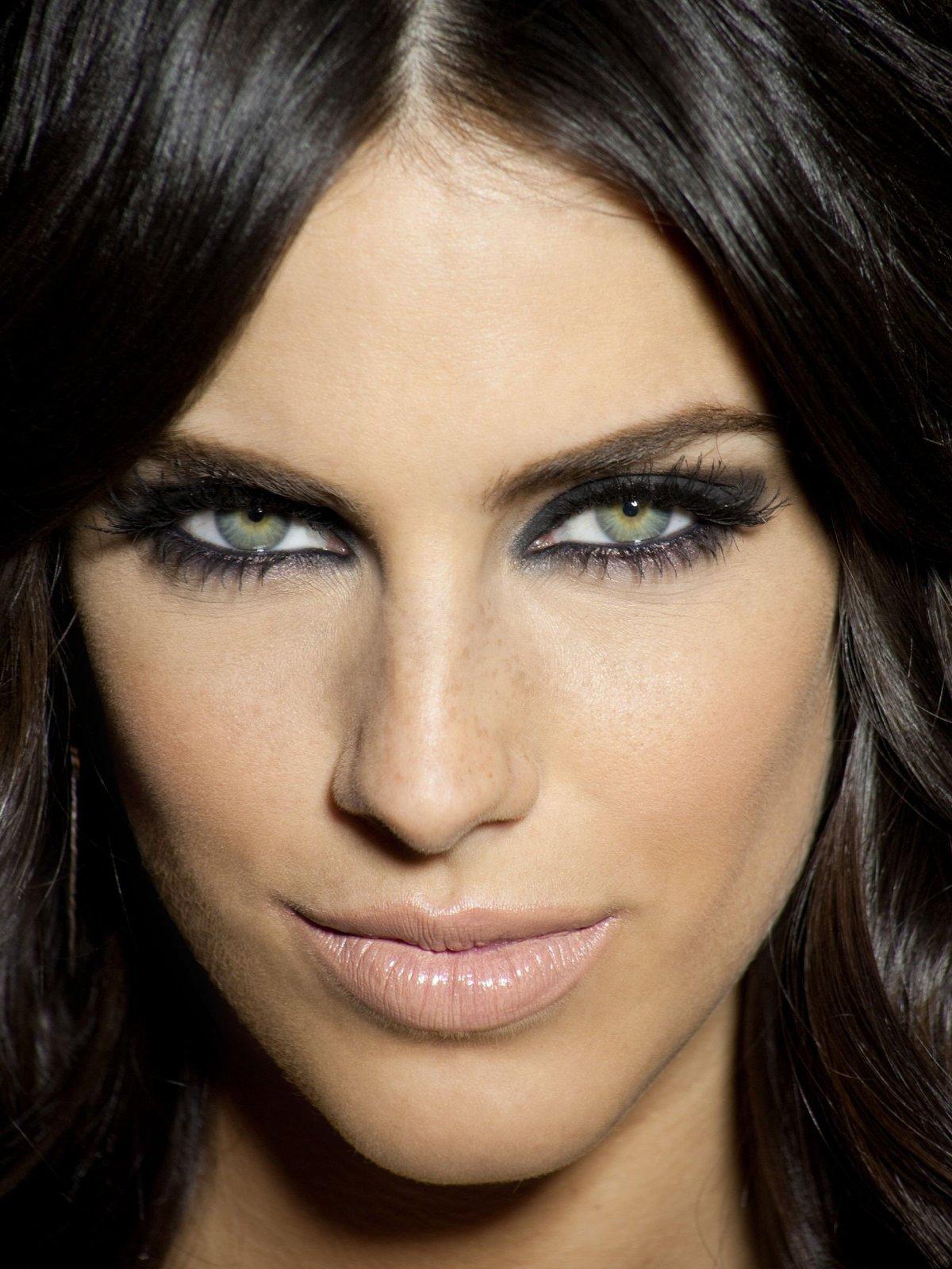 макияж к черному цвету волос фото или зауженные брюки