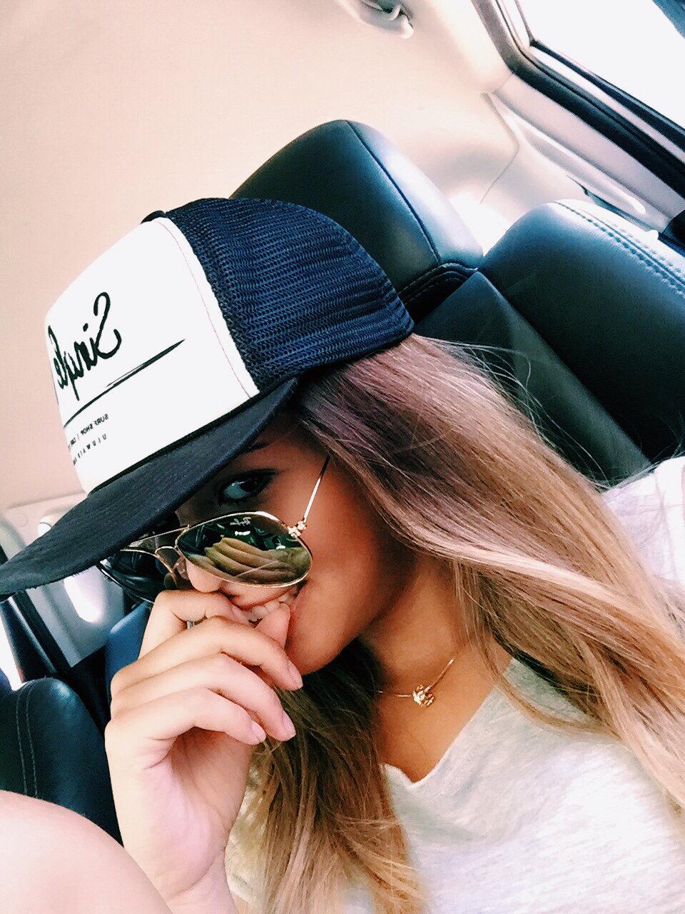 Красивые девушки картинки в кепках