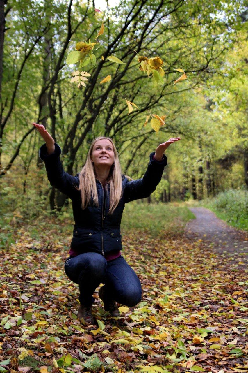 Сексуальная блондинка в осенним лесу фото без лица