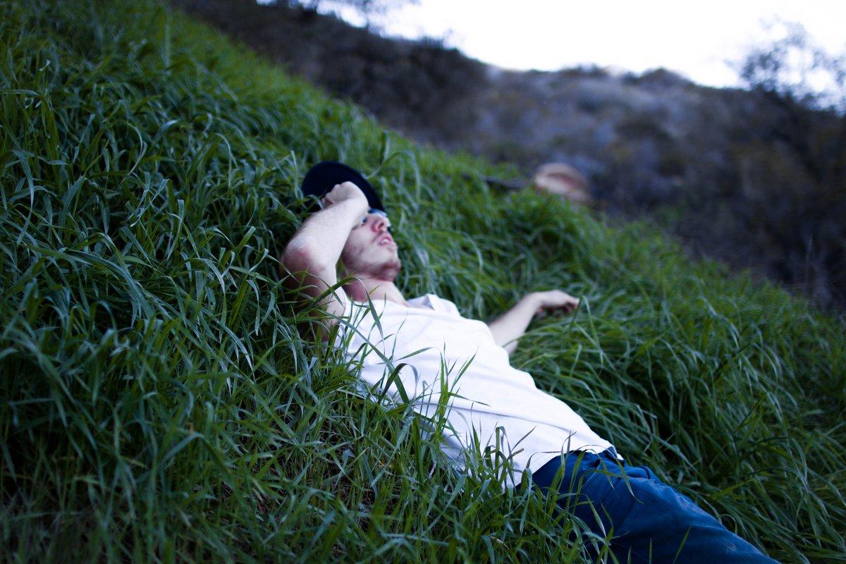 доля большой смотрят на звезды лежа в траве фото друзья гости