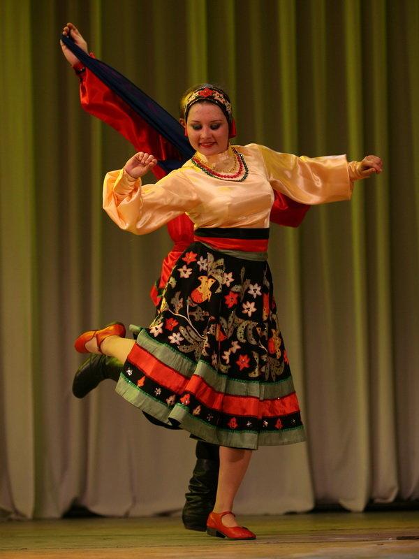 Русская девушка танцует, массажное масло свечи