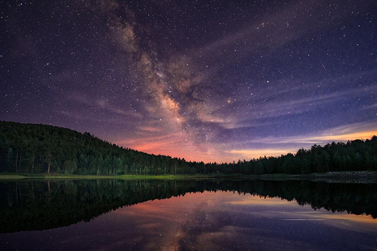Млечный путь отражающийся в реке.