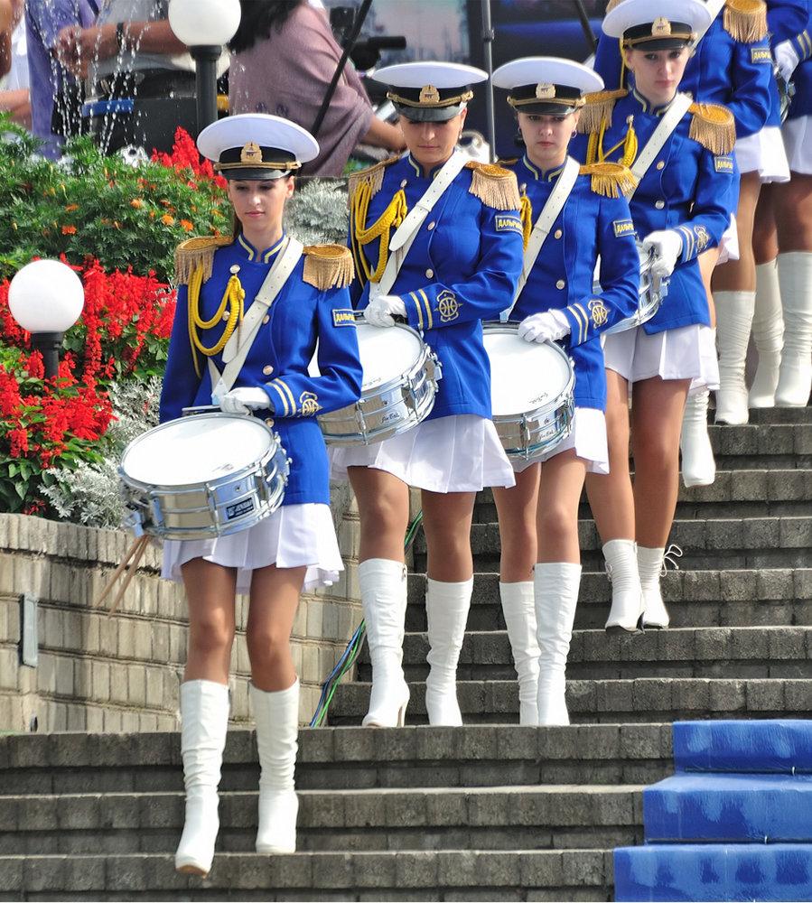 krasivie-devushki-na-parade-eblya-sisyastih-blyadey