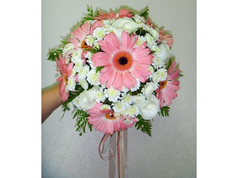 Букет невесты на свадьбу из хризантем и гербера, розы свадебный