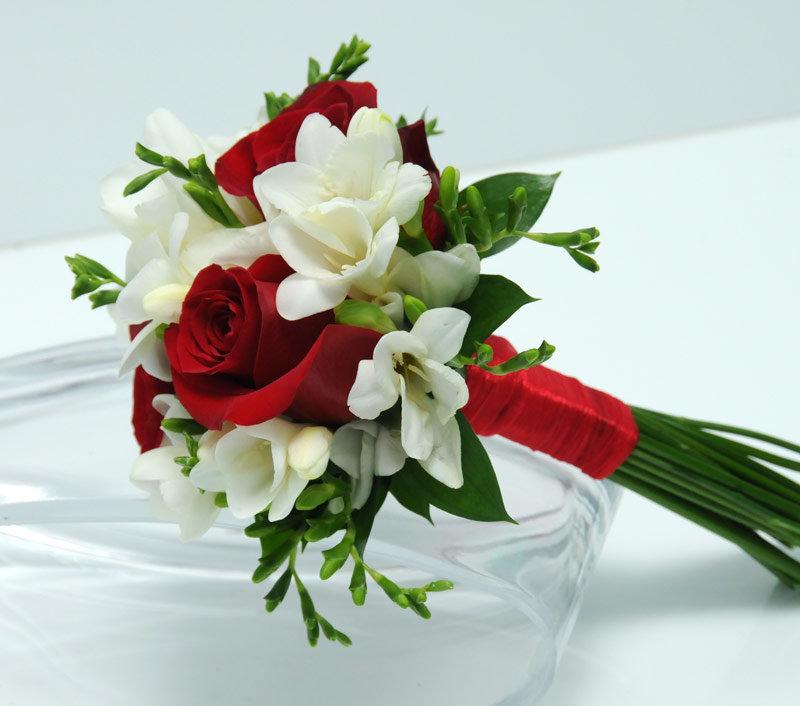 Маленький свадебный букет для невесты из роз, подарки