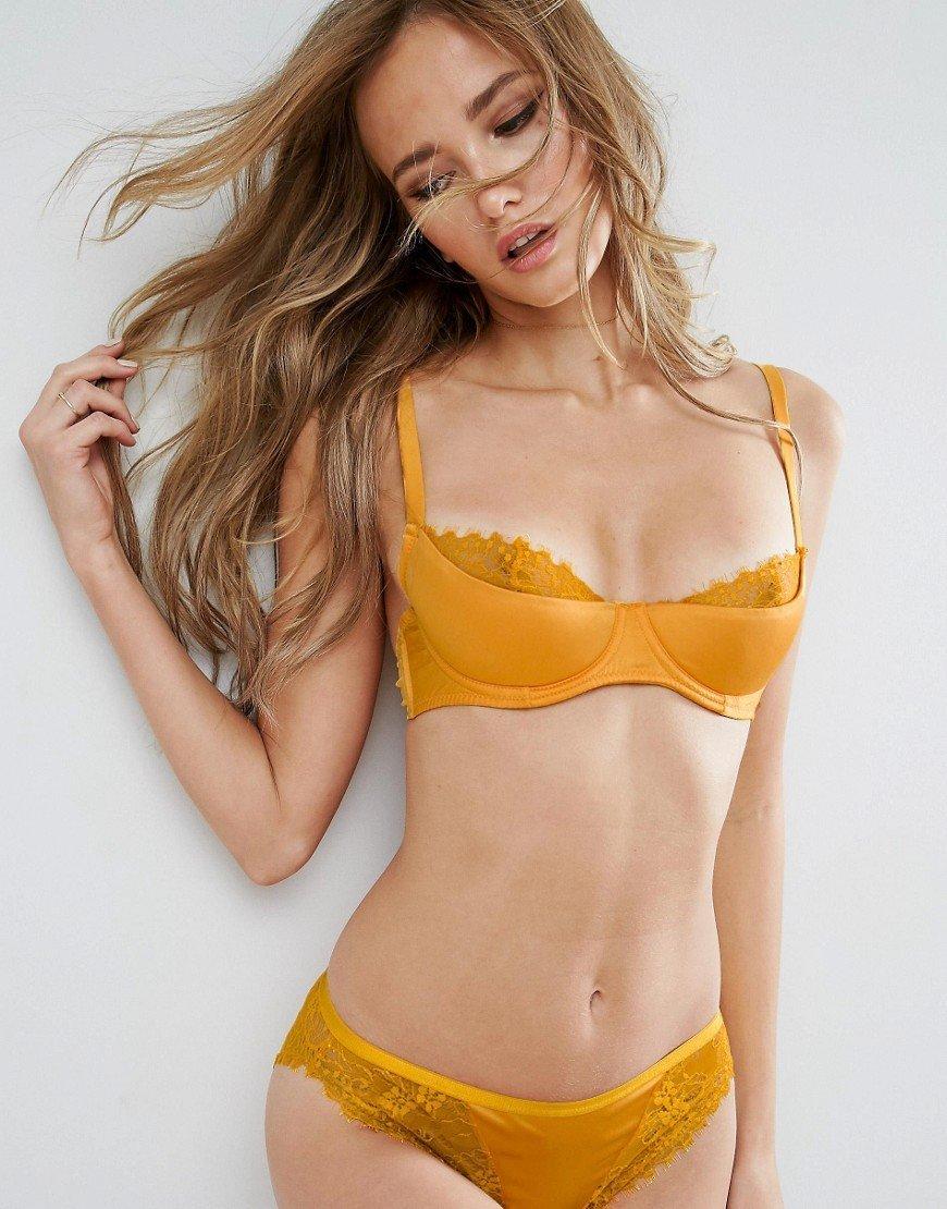 Девушка в желтом нижнее белье очень