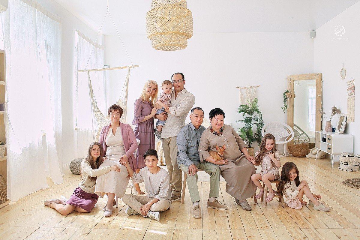 фотосессия для большой семьи в студии скорее всего