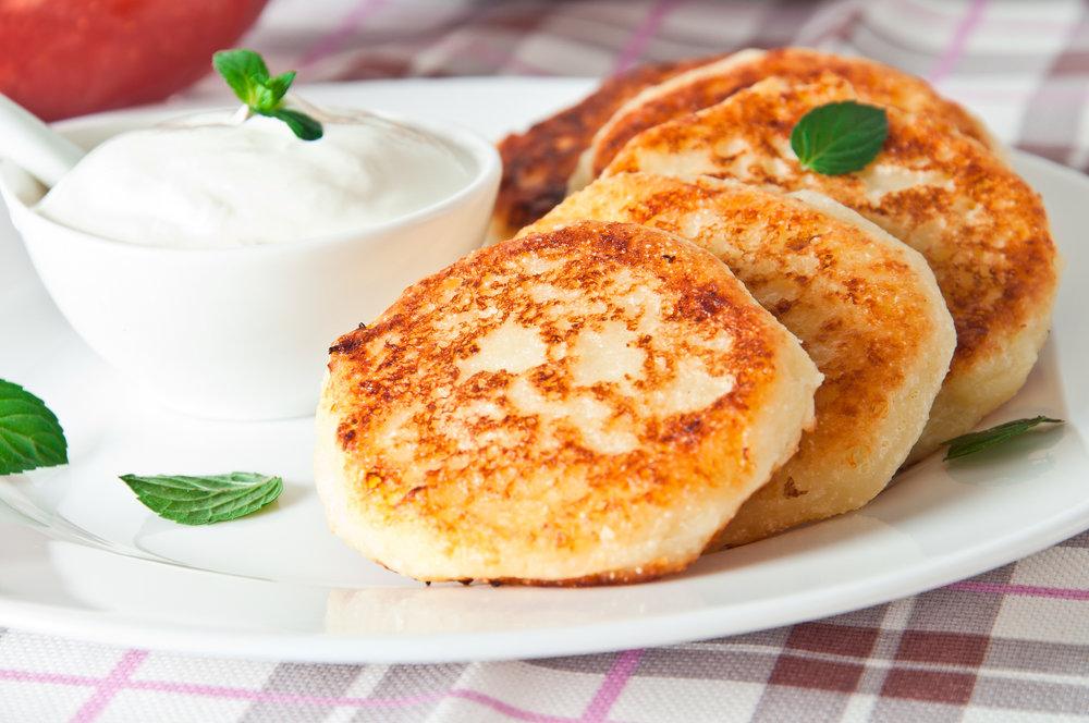 Для сырников идеально подходит настоящий жирный творог.