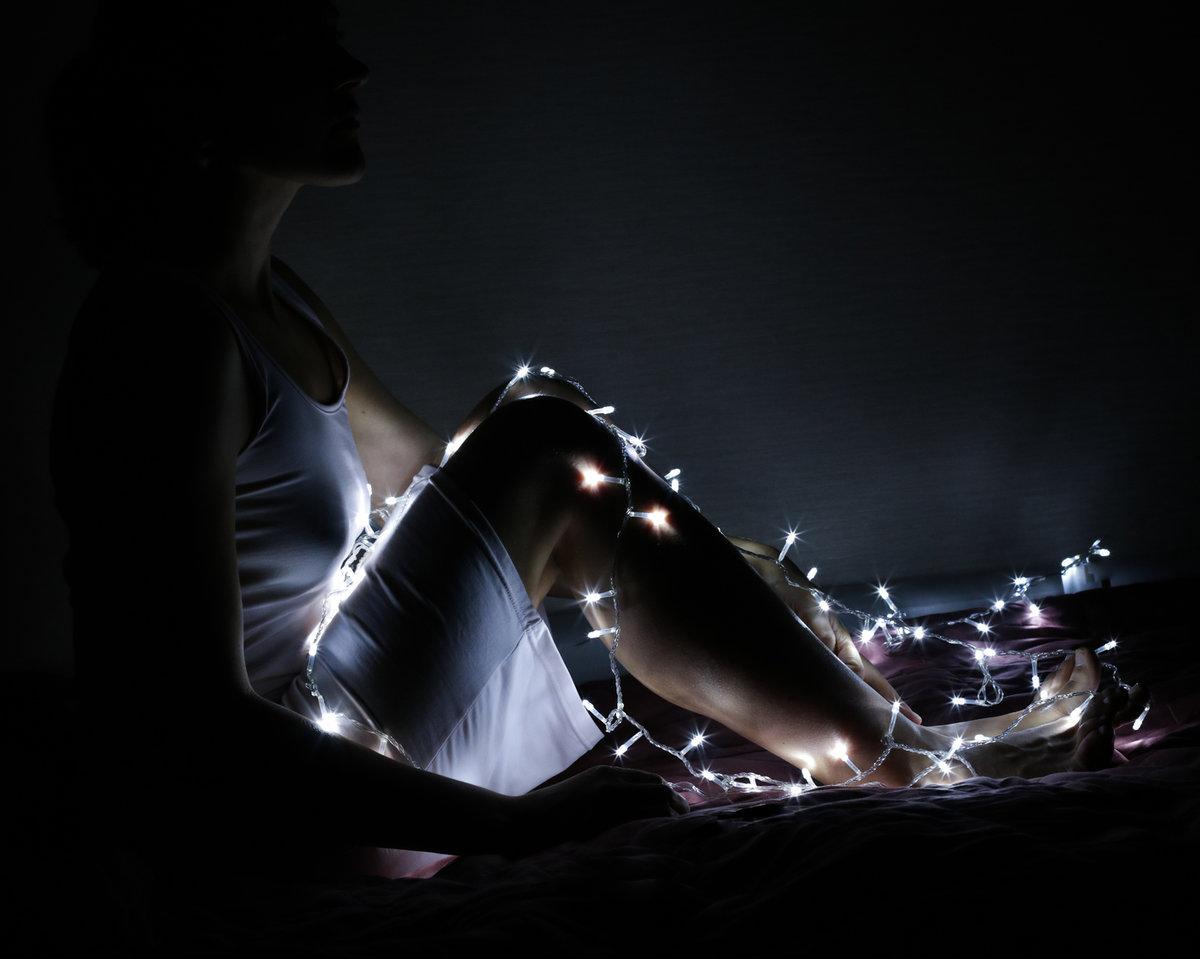 фото с гирляндой в темноте которая держит