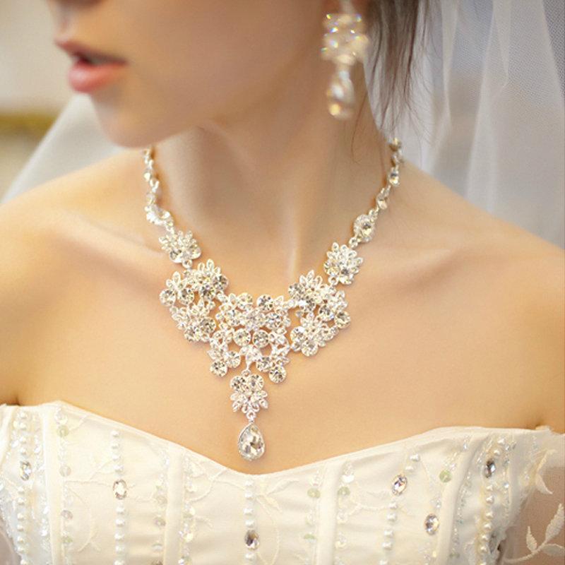 как подобрать украшение к свадебному платью фото сложнее, когда воспринимаешь