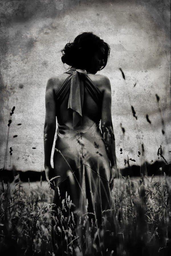 Черно белое фото на аву грусть