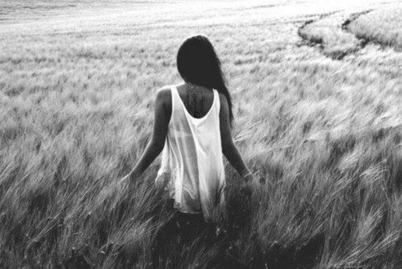 Красивая девушка черно белая со спины