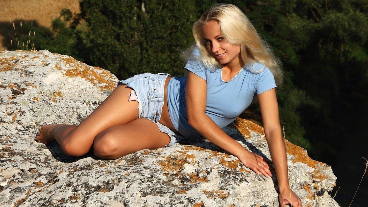 фотографии девушки блондинки в трусах и шортах бесплатно онлайн
