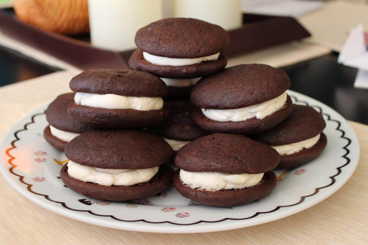 Сахарная пудра —  всё хорошо взбили и намазываете остывшие «печенья», можно ложкой или из мешка.