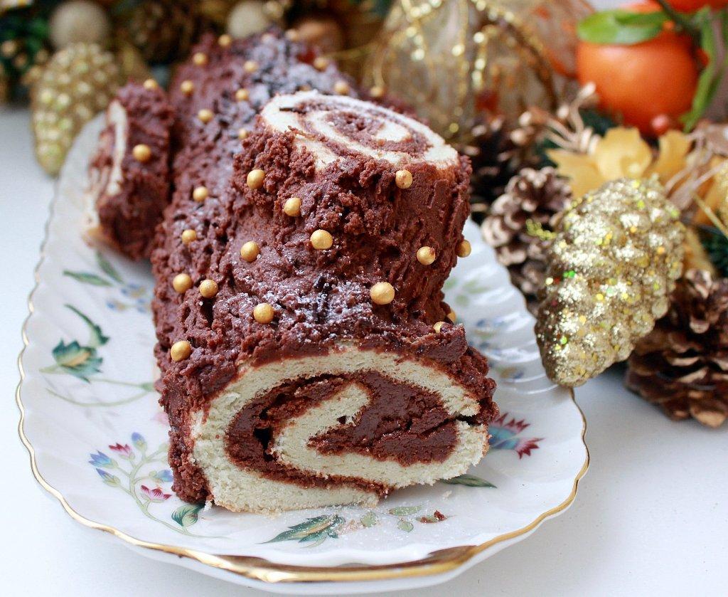 Рождественский рулет Для бисквита потребуется: яйца – 5 шт; холодная вода – 4 ст. ложки; сахар – 4 ст. ложки; ванильный сахар – 1 пакетик; мука – 125 г; кукурузный крахмал – 1 ст.