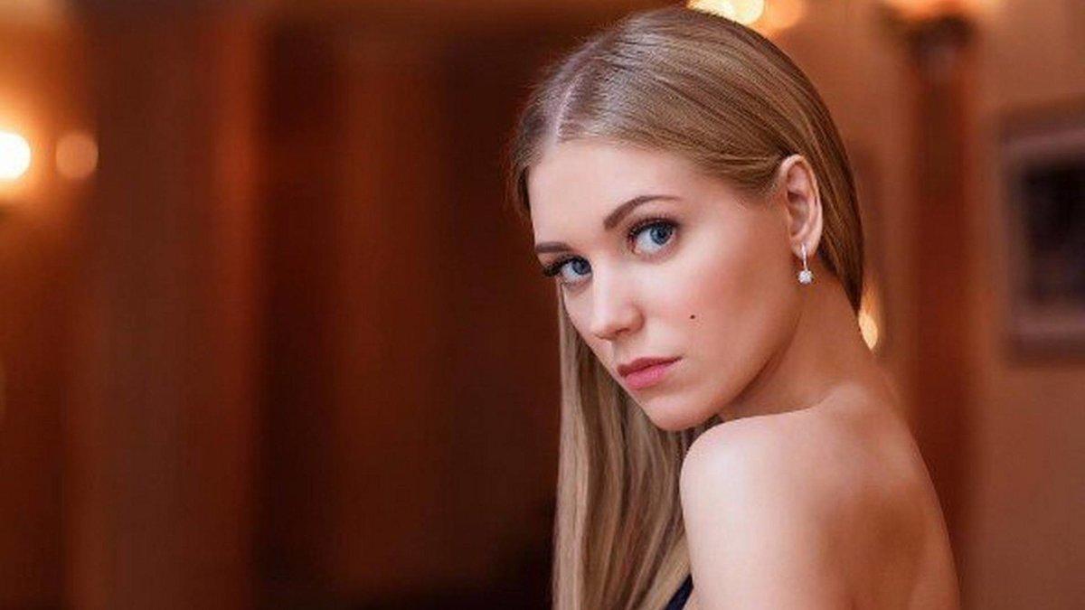 foto-na-desktop-rossiyskih-aktris-bryunetka-s-bolshoy-grudyu-minet