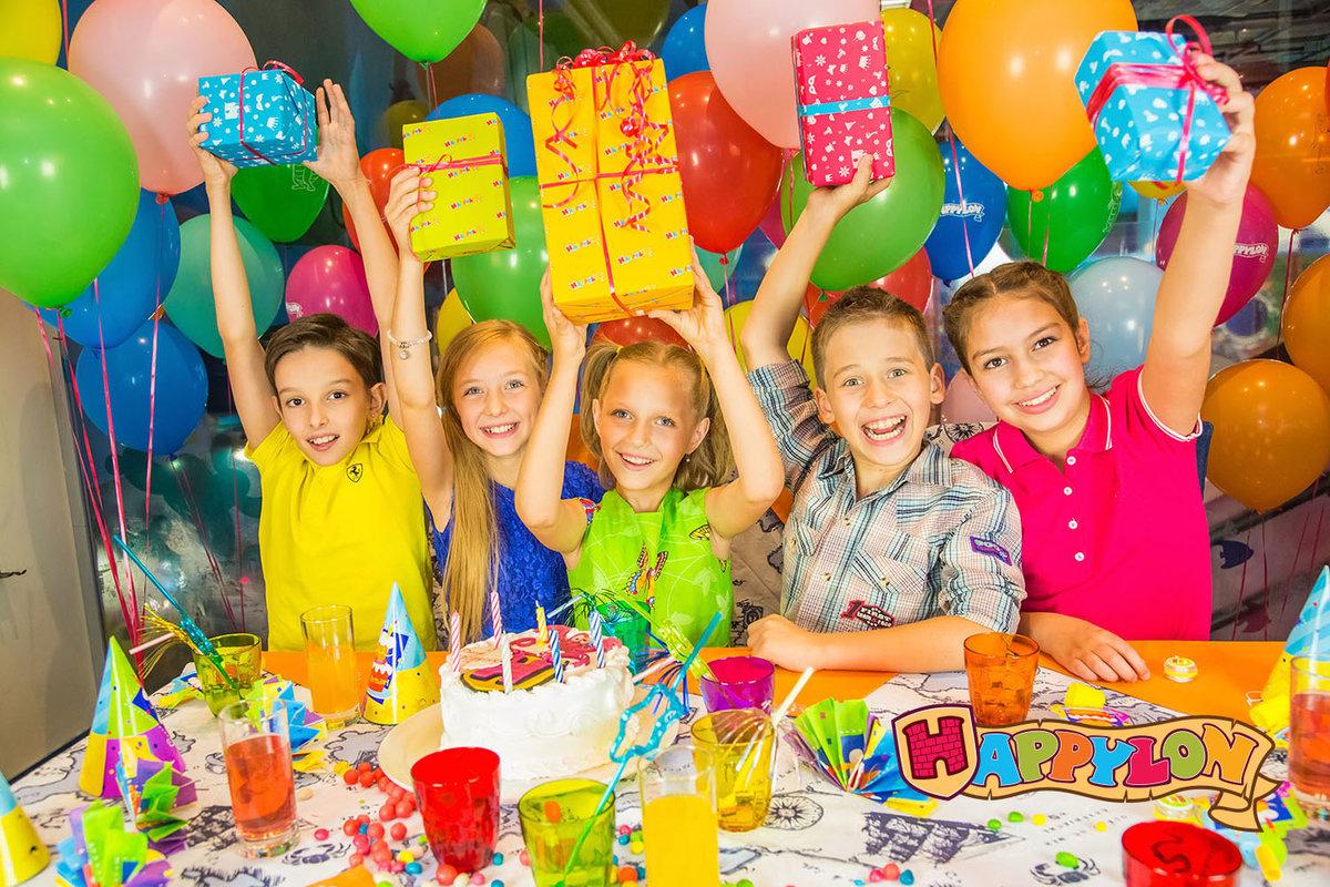 День рождения сына 13 лет за столом с друзьями фото
