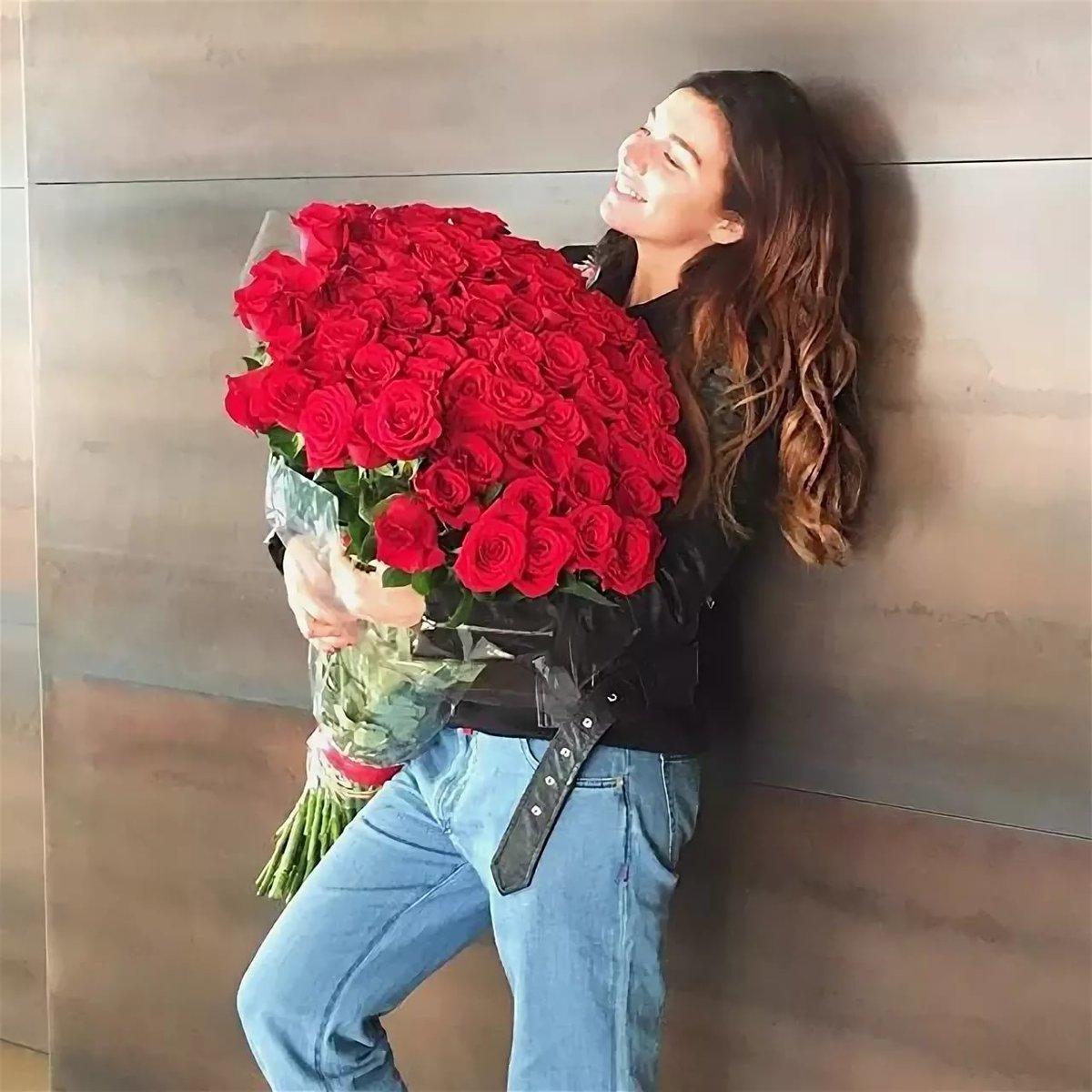 Девушка с красивыми букетом роз фото, цветы