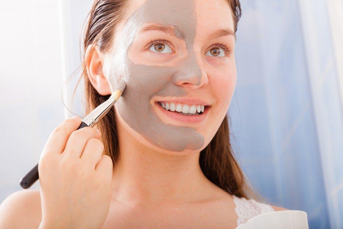 Apply facial mask, naked women pumping vagina