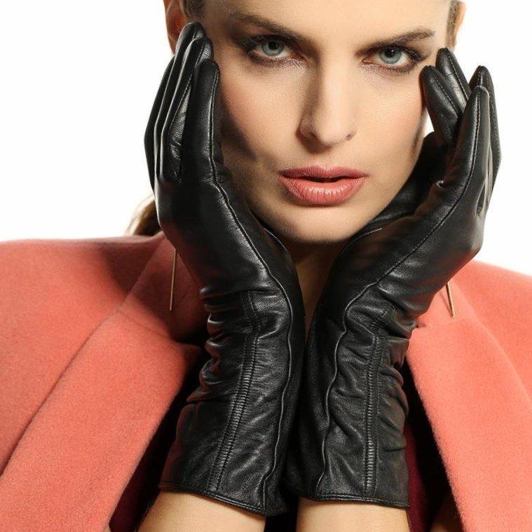 Лучшие фото девушек в кожаных перчатках самое