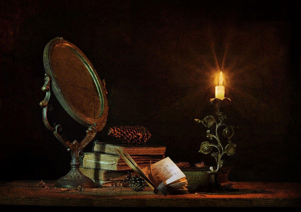 книге фото книг свечей и зеркала лестничной