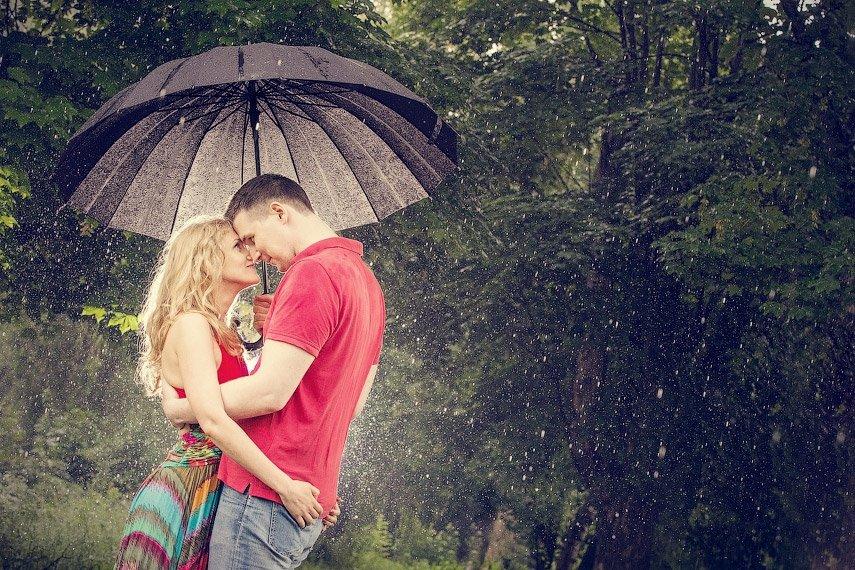 Фото верхом на мужчине и под дождем