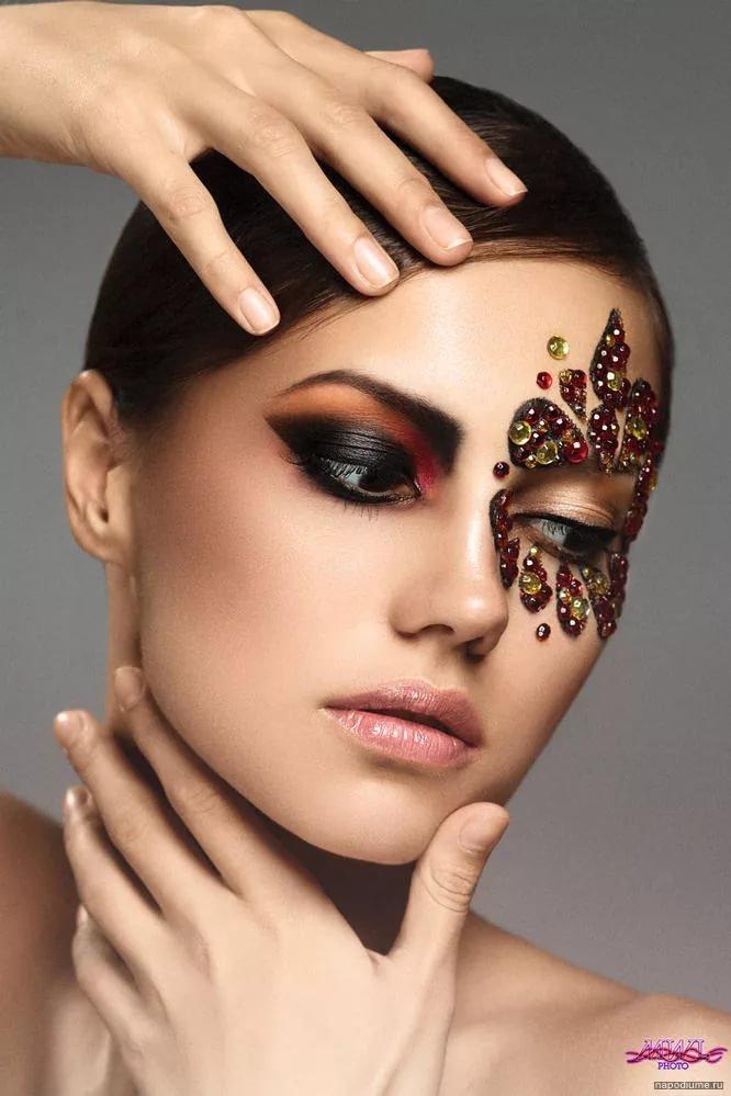 подиумные макияжи фото возле зеркала картинки