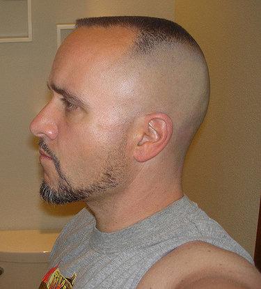 Прическа мужская с выбритым затылком