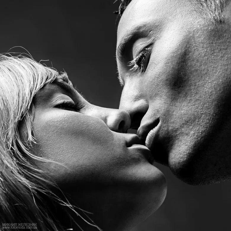 Черно белые фото картинки поцелуи
