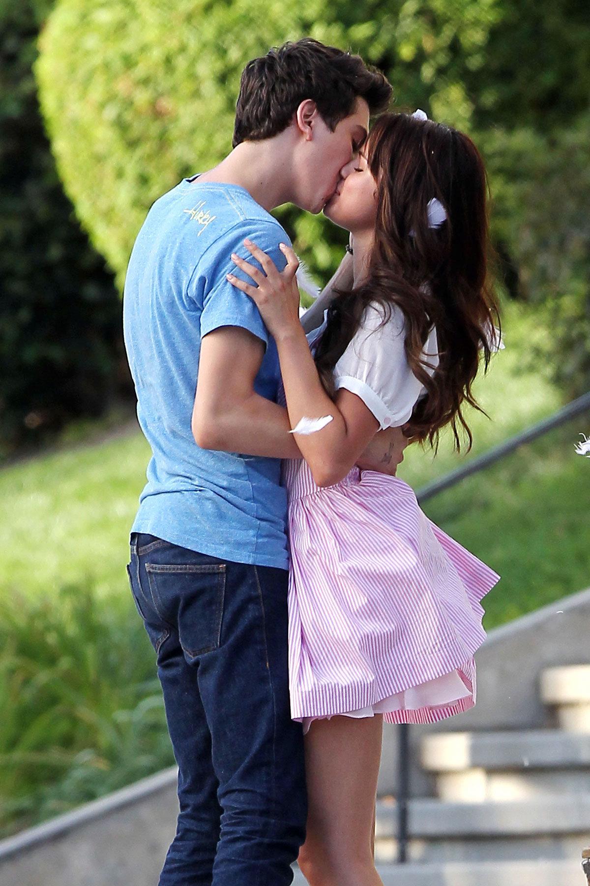 Самые красивые парни мира целуются с девушкой брюнеткой #4