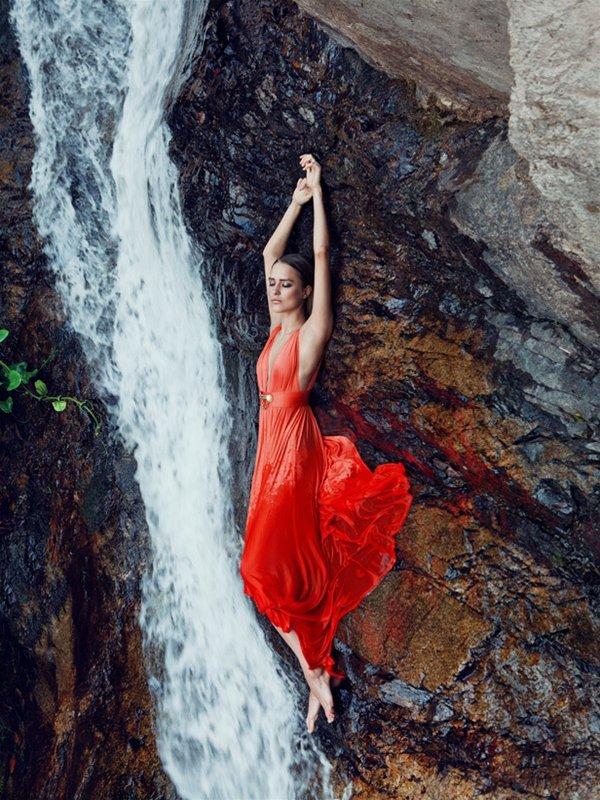 рыжая девушка возле водопада внимание следует