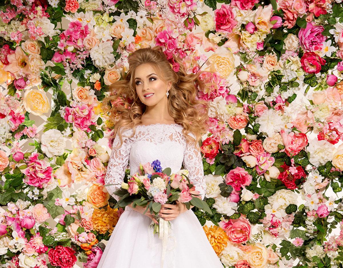 Девушки в платье с цветами