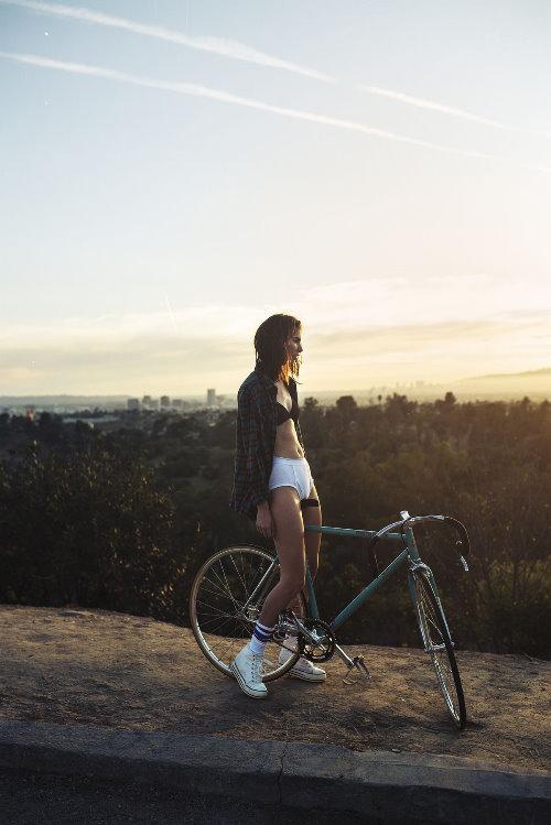 вас девушки сидя на велосипеде писал