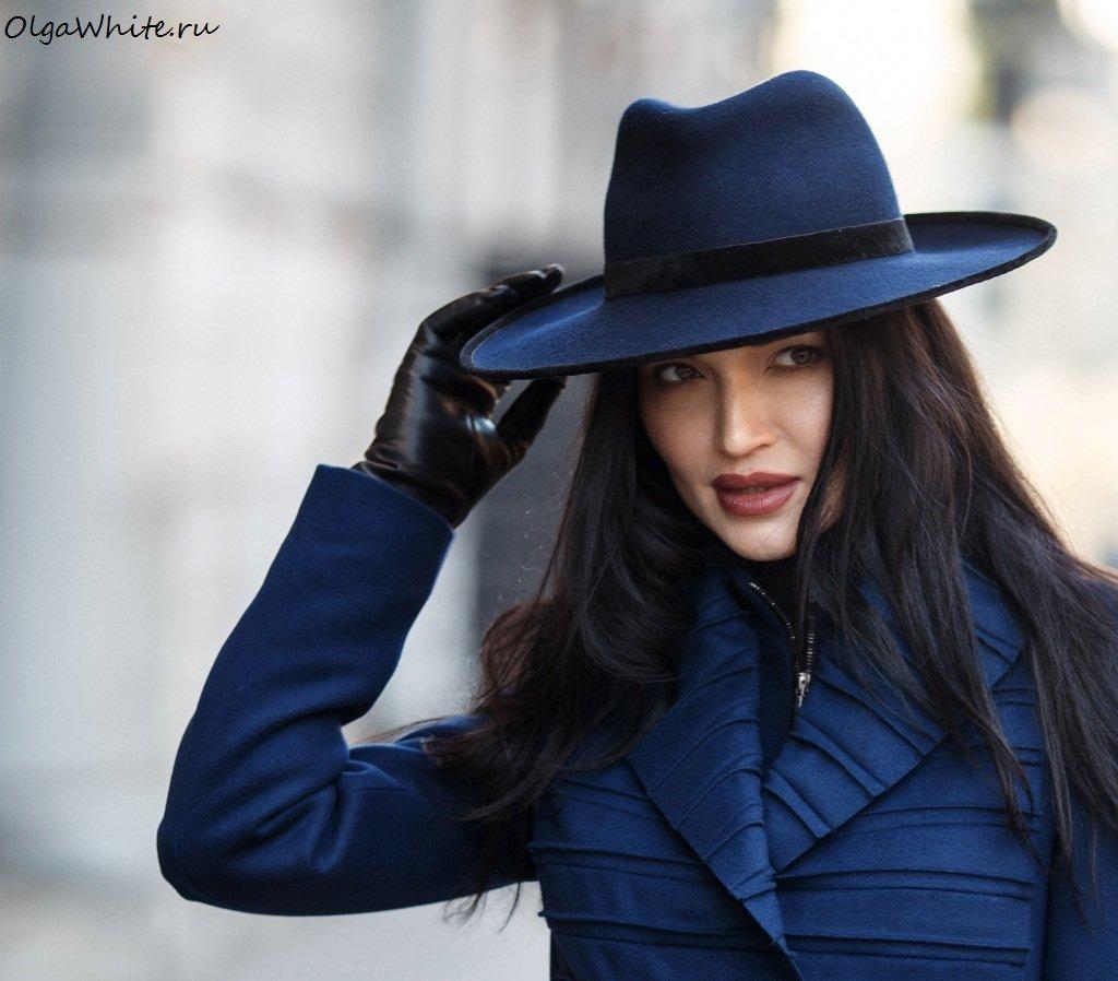 Брюнетка в шляпе