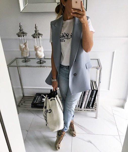 Следуя последним трендам, девушки часто спешат купить ультрасовременную новомодную одежду и часто не задумываются о том, что в следующем сезоне она может утратить свою популярность. Из-за этого большая часть вещей не носится, часто возникает проблема под названием «Нечего надеть», а суммы на шоппинг уходят колоссальные. Чтобы быть стильной и выглядеть успешно, необязательно каждый день ходить по м