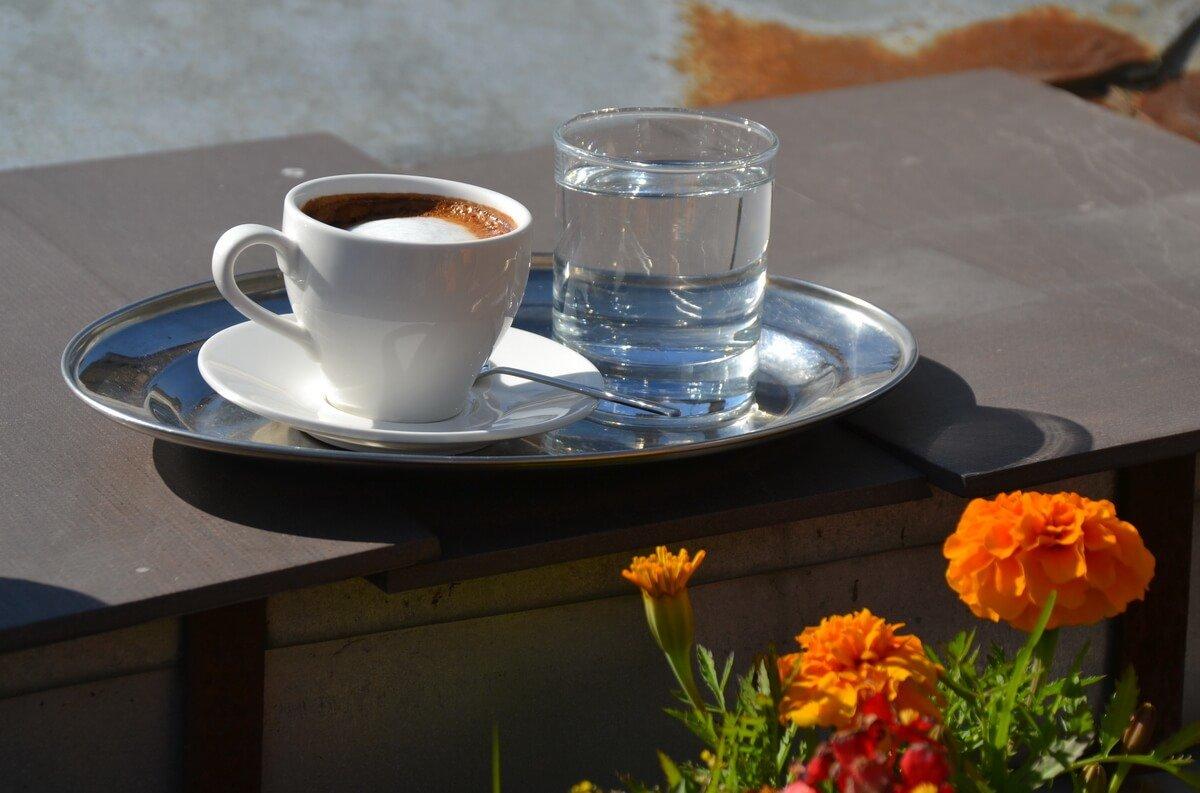 картинка поднос с кофе на утро читаю