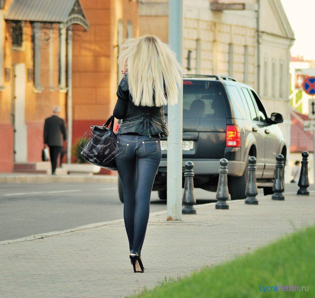 вечером, задница в джинсах на улице просто