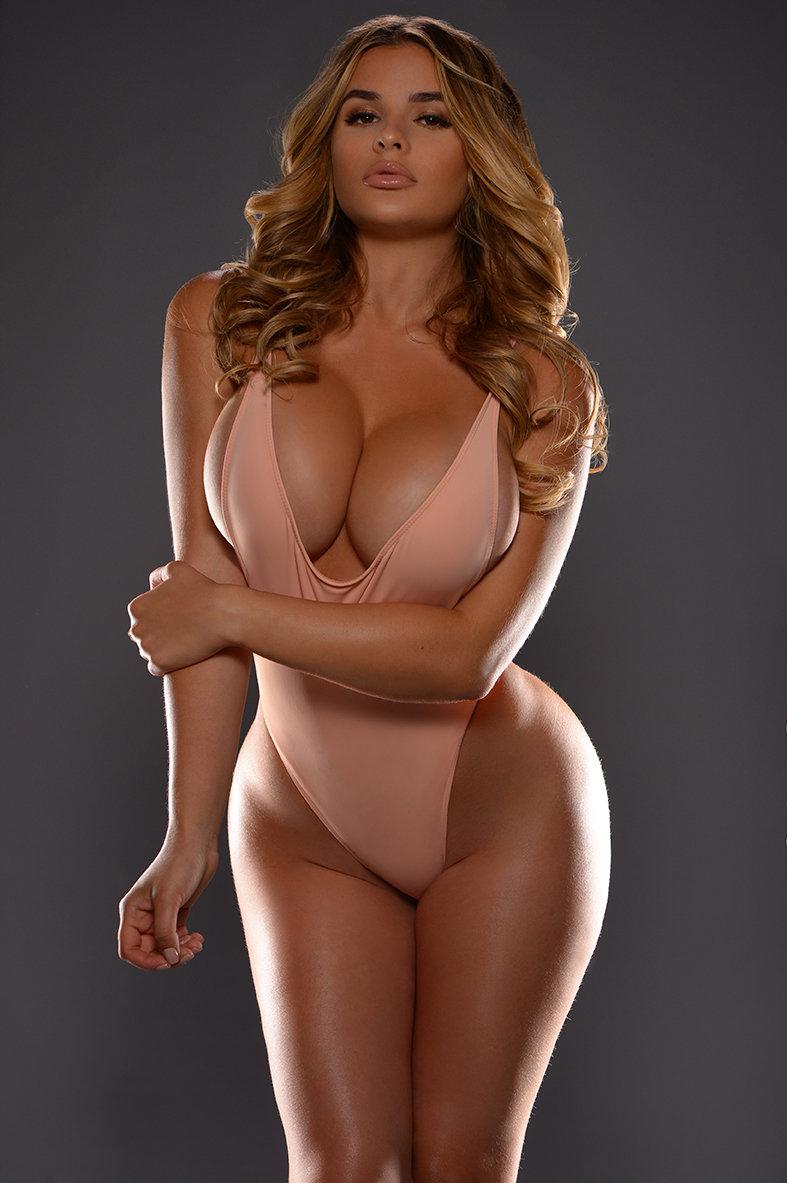 Большие голые сочные груди красивой телки этим